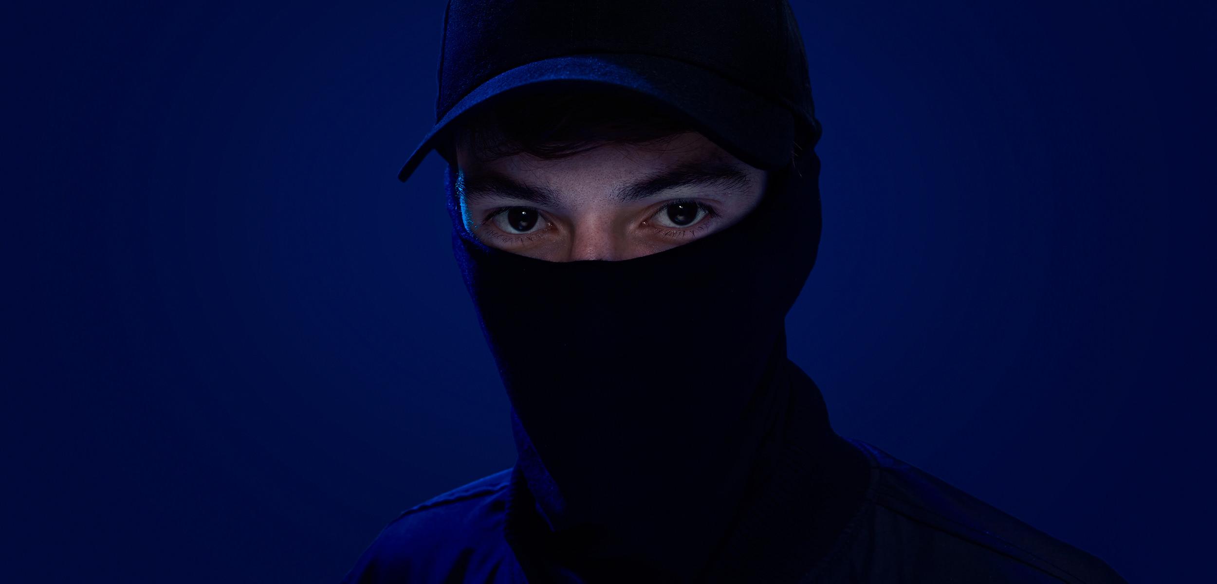 jugende musiker elektro pop köln musik blau hintergrund maskiert studio fotografie