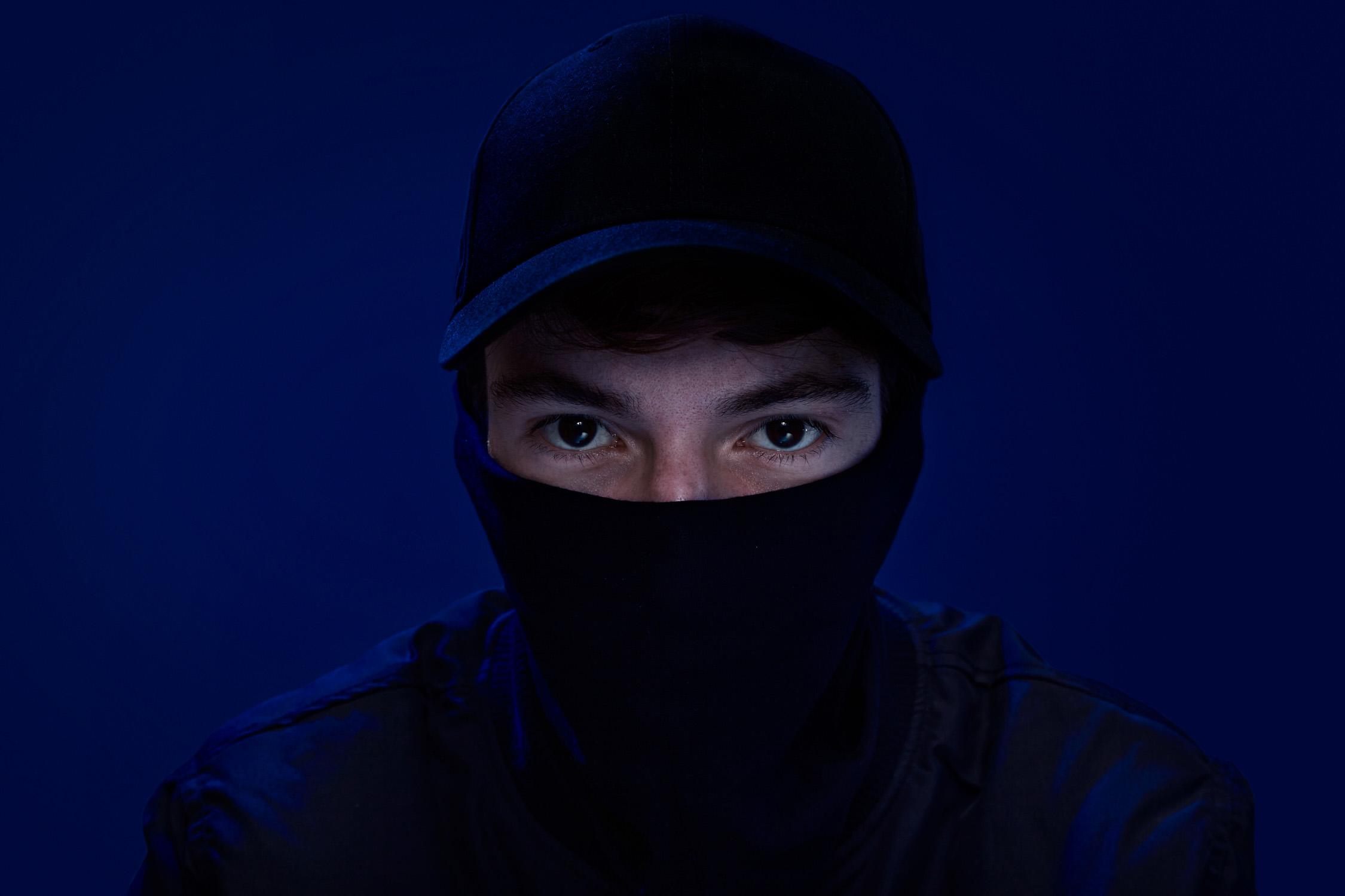 Portrait jugende electo pop musiker köln maske blauer hintergrund Jörn Strojny