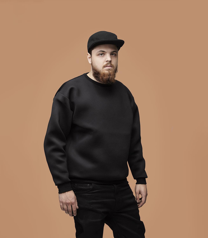 Leopold Strey schwarze Kleidung für dunkel beigen Hintergrund Jörn Strojny