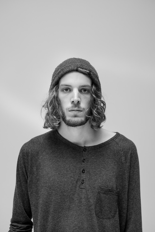 junger mann im Studio fotografiert Portrait locken mütze Jörn Strojny