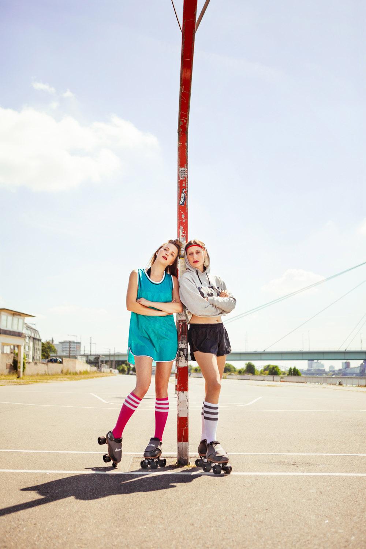 brainwheelz roller skates rollschuhe zwei frauen auf boden sitzend unter deutzer brücke
