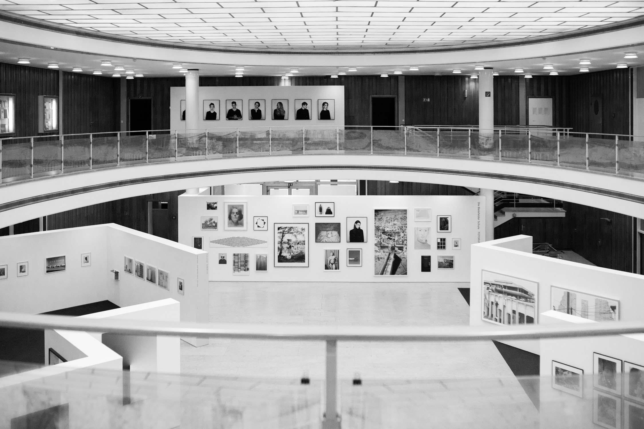 die bielefelder schule ausstellungsraum bilder vernissage ansicht architektur ausstellung bielefeld fh gestaltung jörn strojny