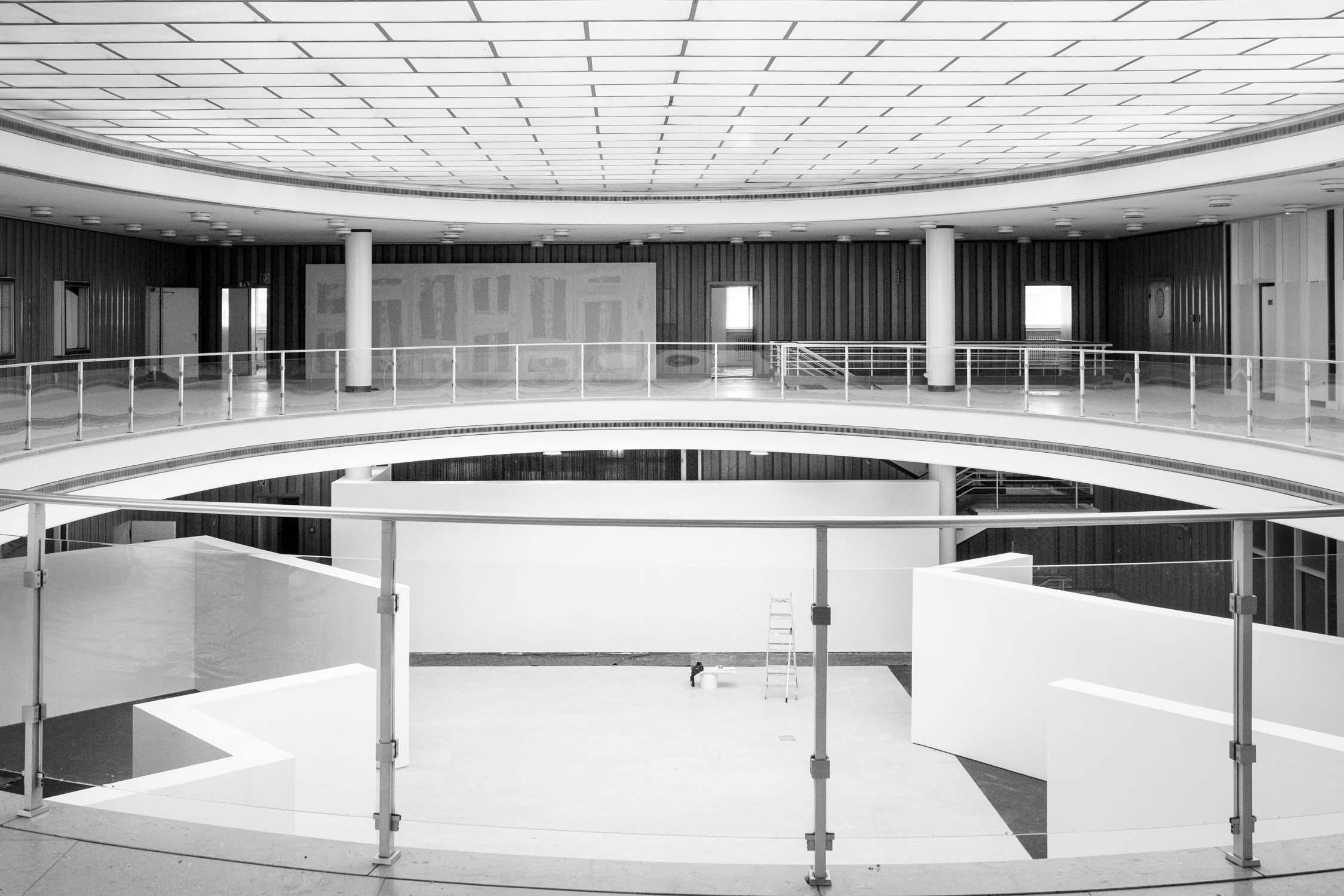 die bielefelder schule innenraum leer weiße wände Dokumentation ausstellung bielefeld fh gestaltung jörn strojny
