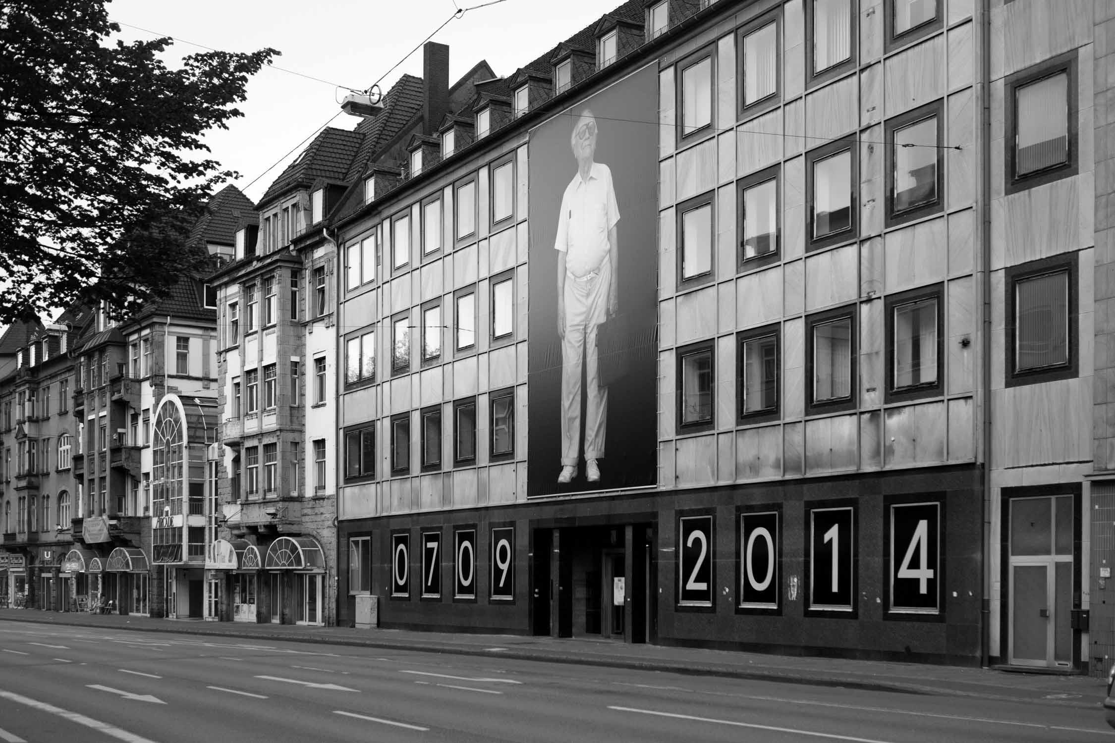 die bielefelder schule Emmanuel raab fassade alter mann brille tasche schwarzer hintergrund menschenbilder ausstellung bielefeld fh gestaltung jörn strojny