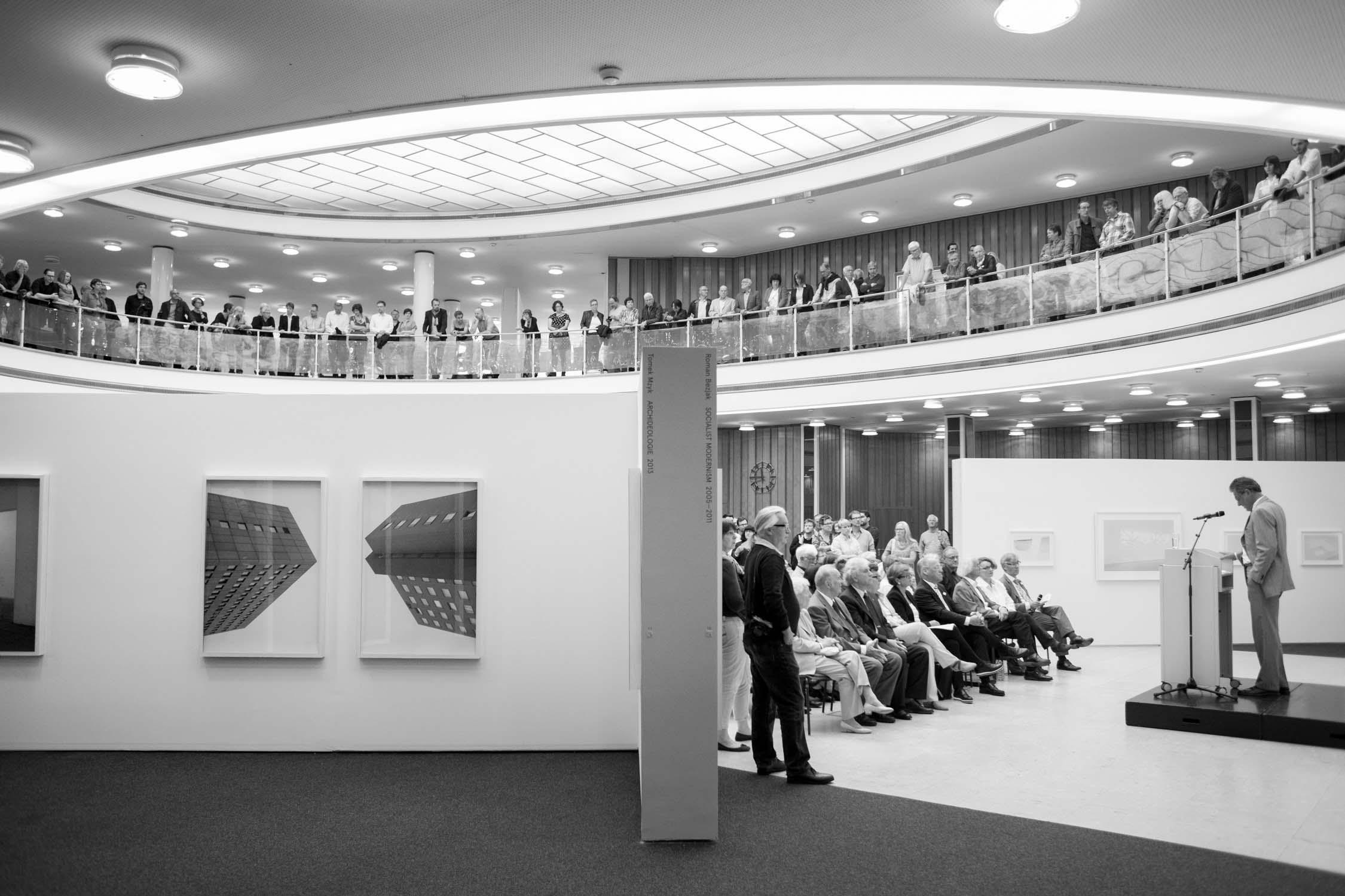 die bielefelder schule eröffnung vernissage publikum bilder zuhören rede wand ausstellung bielefeld fh gestaltung jörn strojny