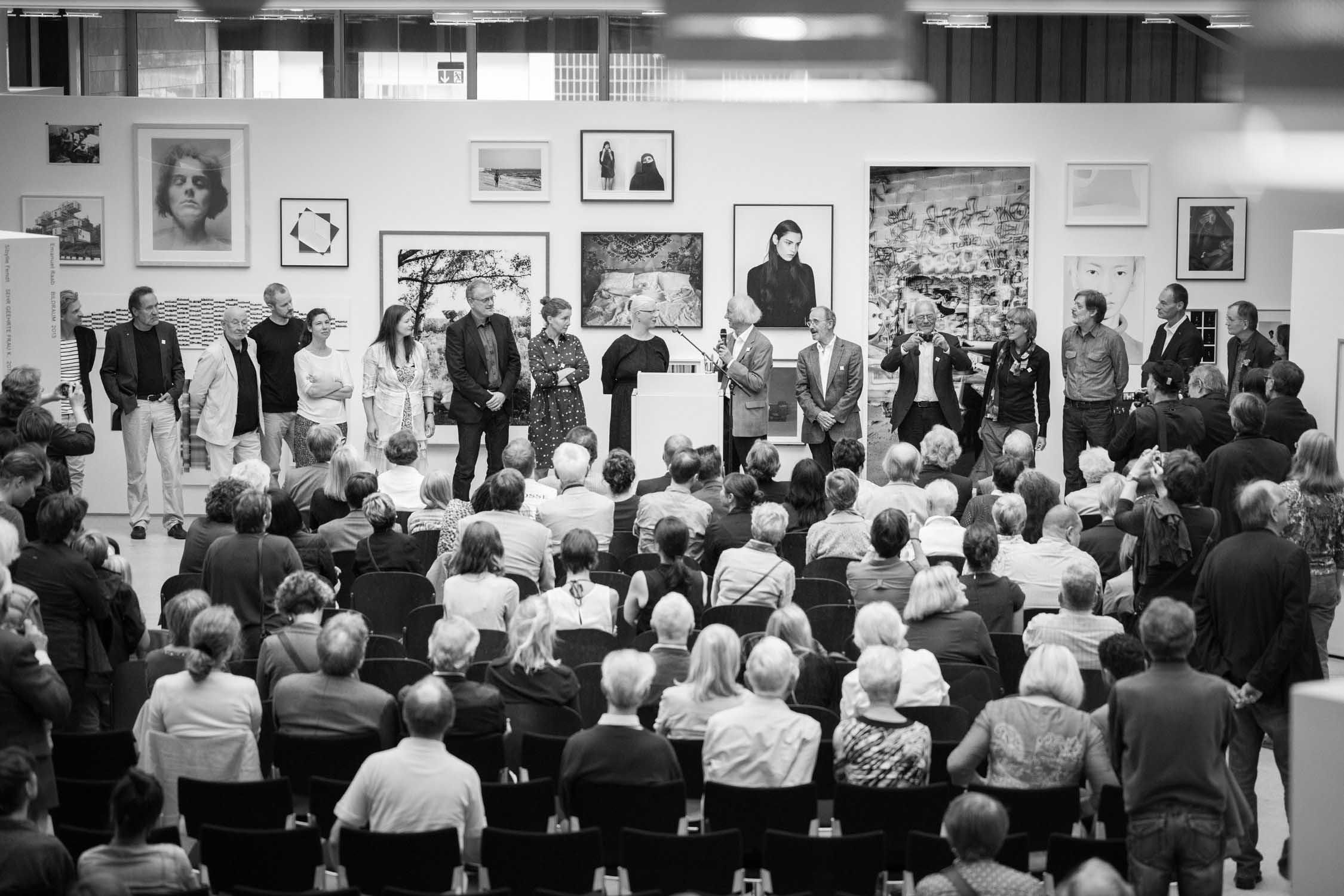 die bielefelder schule vernissage eröffnung besucher rede publikum ausstellung bielefeld fh gestaltung jörn strojny