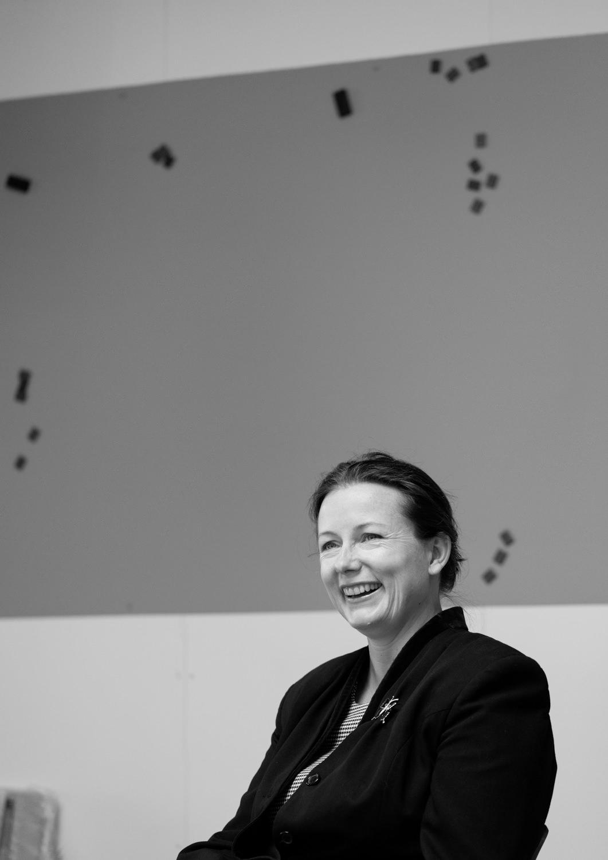die bielefelder schule professorin katharina bosse portrait gespräch vorstellung entstehung grau schwarz weiß ausstellung bielefeld fh gestaltung jörn strojny