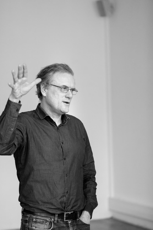 die bielefelder schule prof dekan roman bezjak hand portrait gespräch zeigen ausstellung bielefeld fh gestaltung jörn strojny