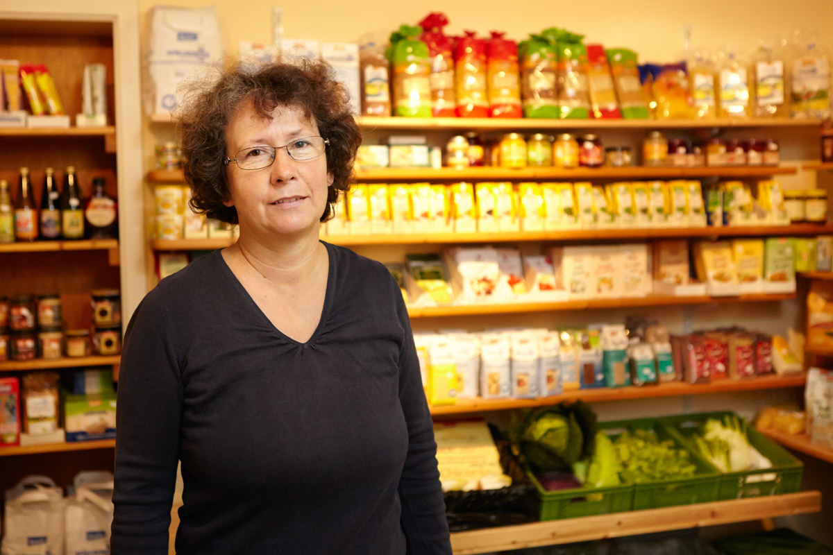 Annerose Schwarz-Klopfer steht im Hofladen der Honhardter Demeterhöfe Landwirtschaft Biolebensmittel Bio Demeter Jörn Strojny