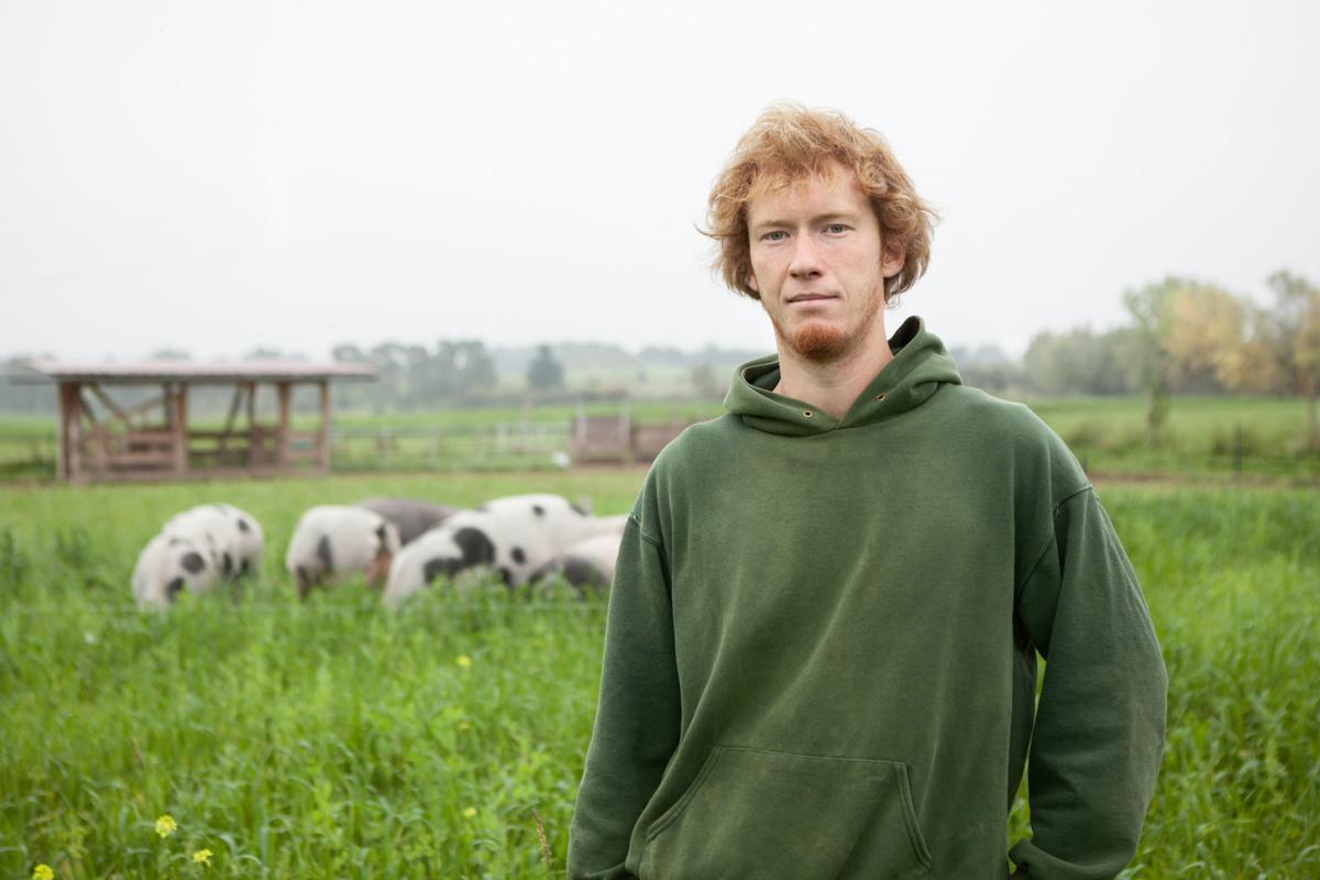 Julian Klopfer Landwirt Honharder Demetehöfe Freiland Schweine Demeter Bioland draußen feld Jörn Strojny