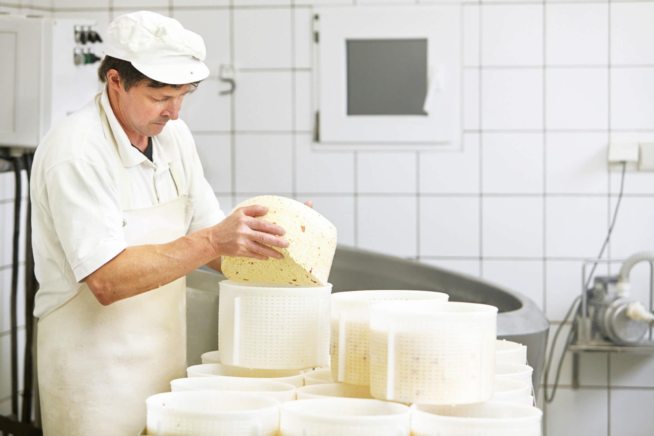 honhardter demeter höfe käseherstellung josef huber kraus Käser käse Formen Milch Käserei jörn strojny
