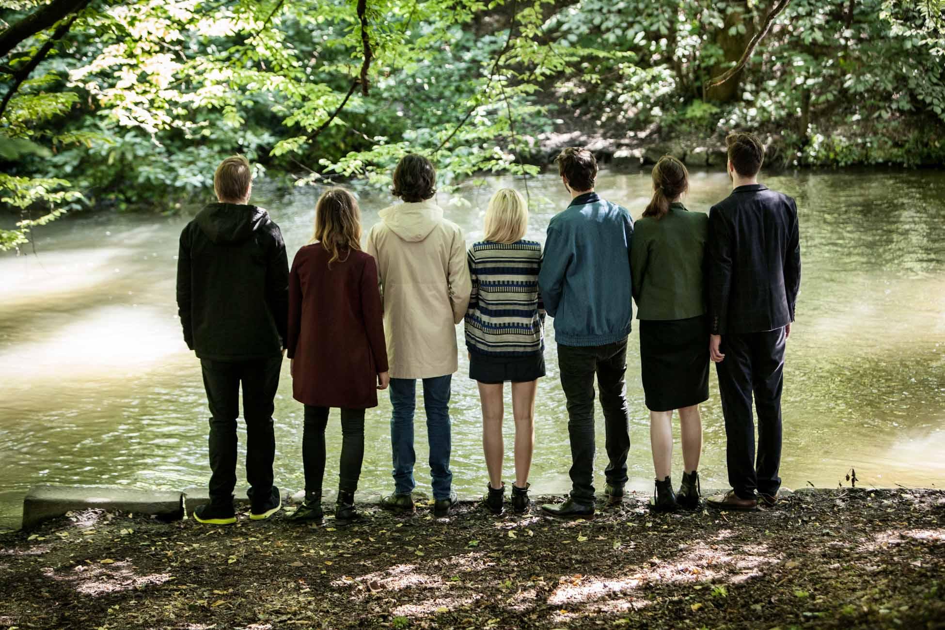 akjumii gruppe freunde fluss im grünen jacken fashion modekollektion mode münchen jörn strojny