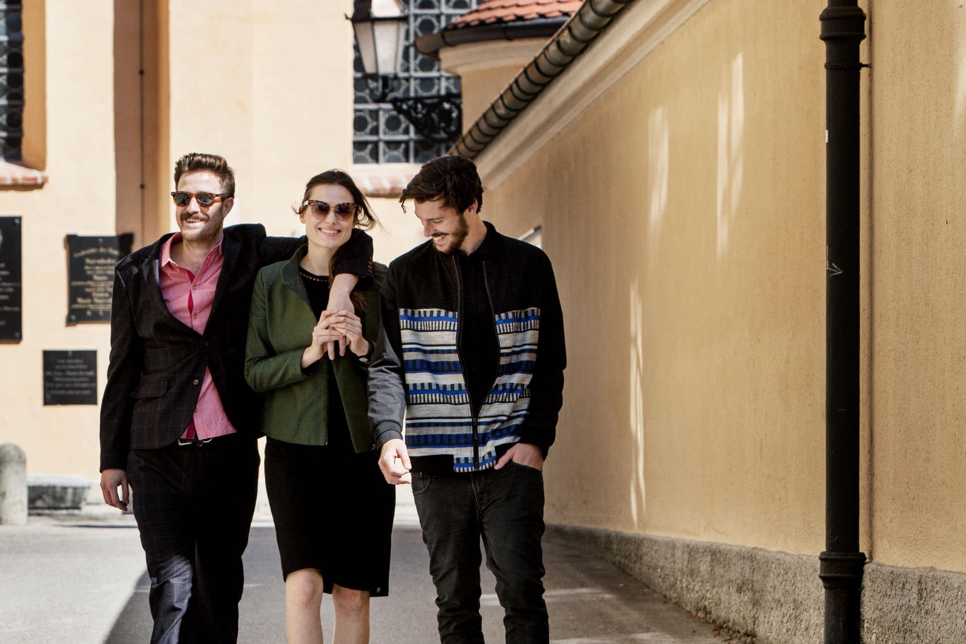 akjumii glücklich Mann Frau lachend gelb modekollektion mode münchen jörn strojny