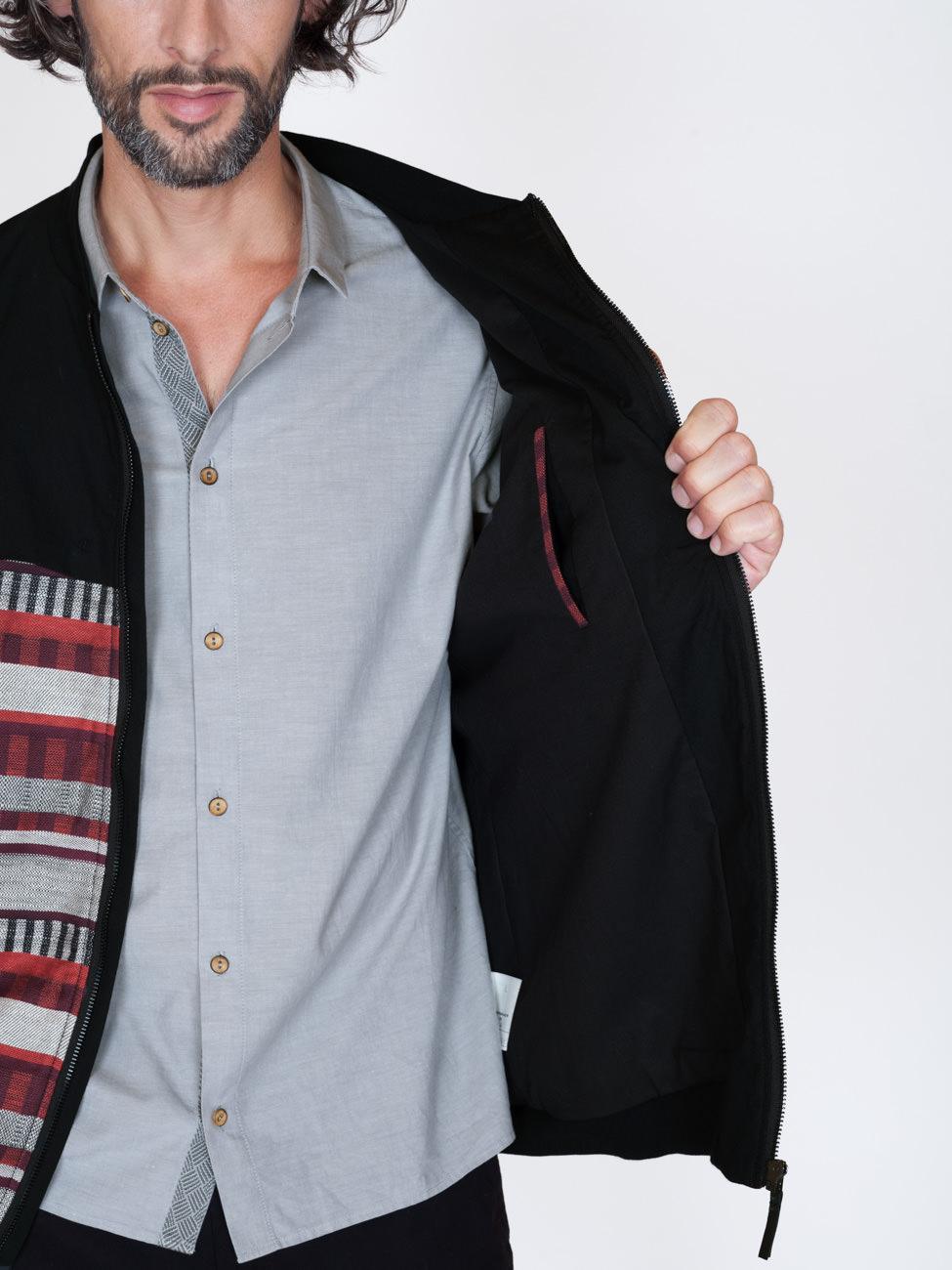 akjumii mann hemd rot blau offen modekollektion jacke detail mode münchen jörn strojny