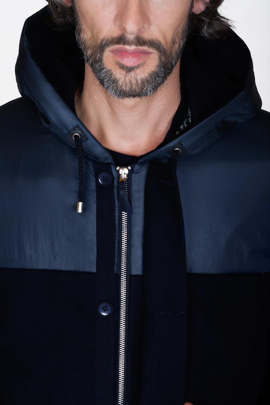 akjumii modekollektion detail jacke winterjacke blau schwarz Reißverschluss bart mund mode münchen jörn strojny