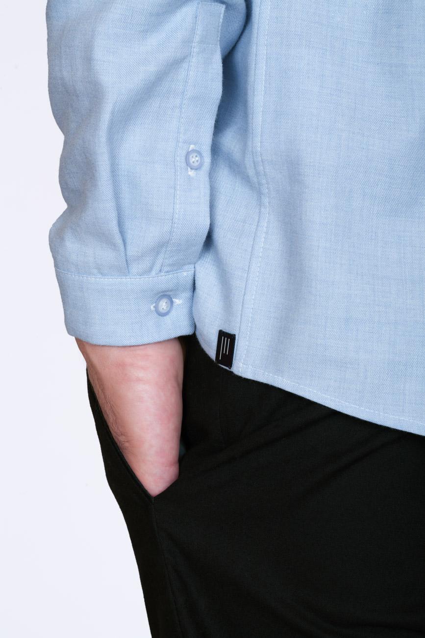 akjumii modekollektion detail knopf hand hosentasche blau schwarz mode münchen jörn strojny