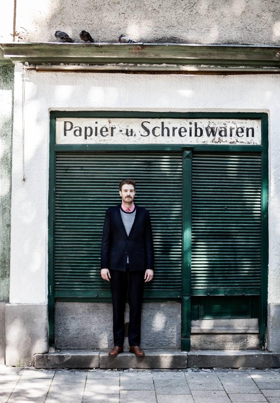akjumii papier und schreibwaren grünes rolltor lamellen tauben mann sakko modekollektion mode münchen jörn strojny