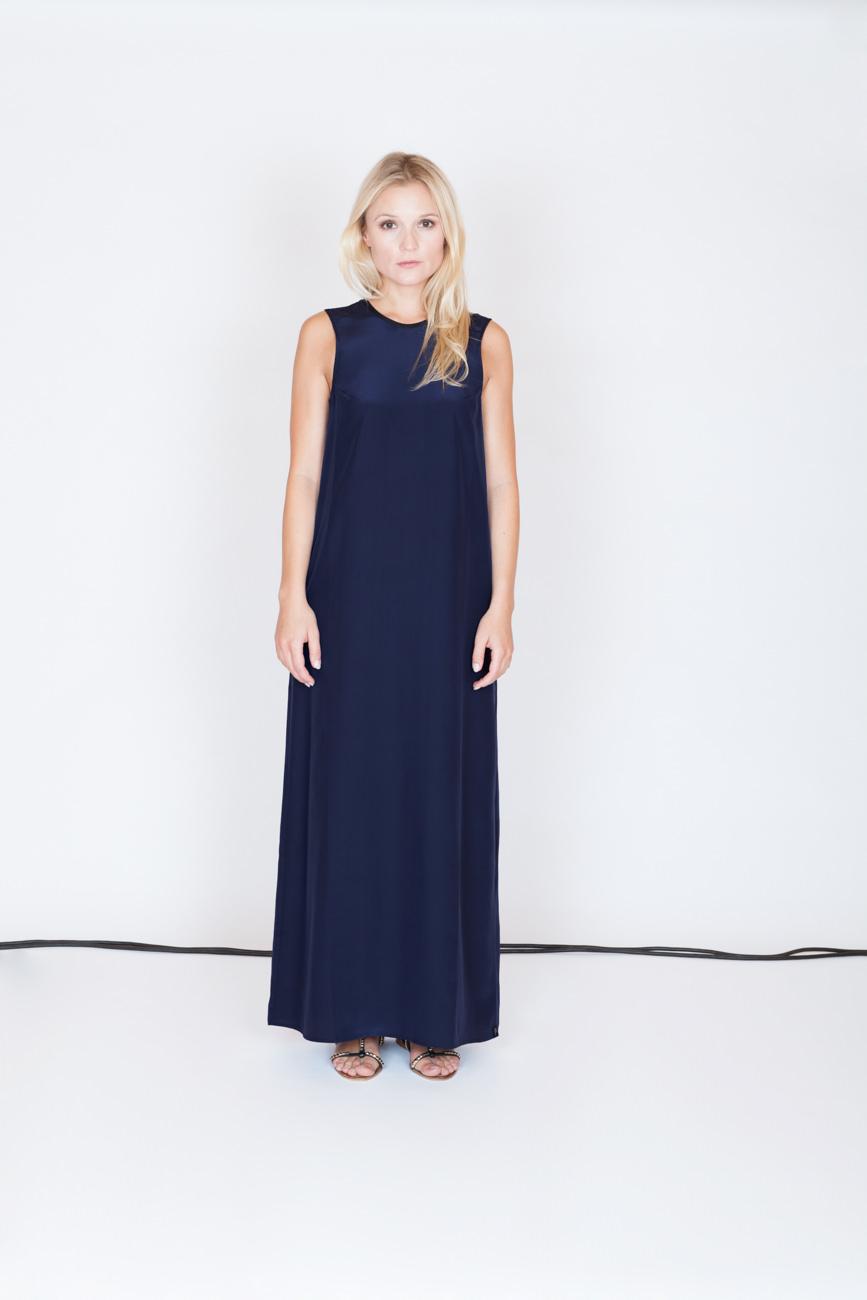 akjumii modekollektion lookbook frau langes kleid blau blond kabel studio mode münchen jörn strojny