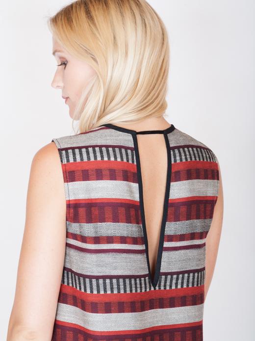 akjumii modekollektion lookbook detail frau blond rücken kleid rückenteil rot muster streifen grau schwarz mode münchen jörn strojny