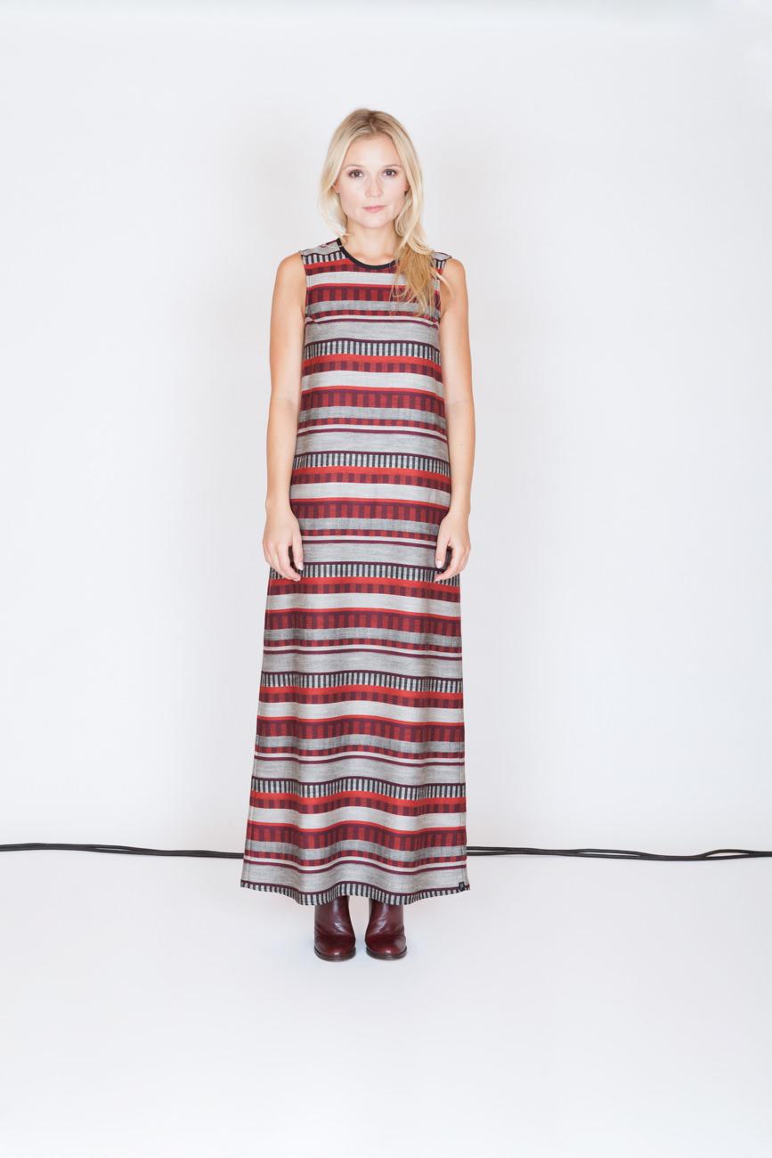 akjumii modekollektion frau blond langes kleid rot grau muster streifen kabel lookbook mode münchen jörn strojny