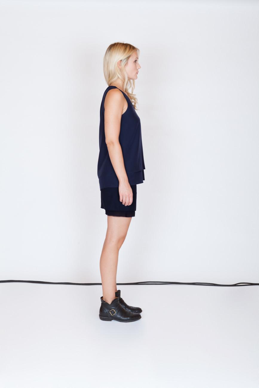 akjumii frau profil blau bluse kabel studio modekollektion lookbook mode münchen jörn strojny
