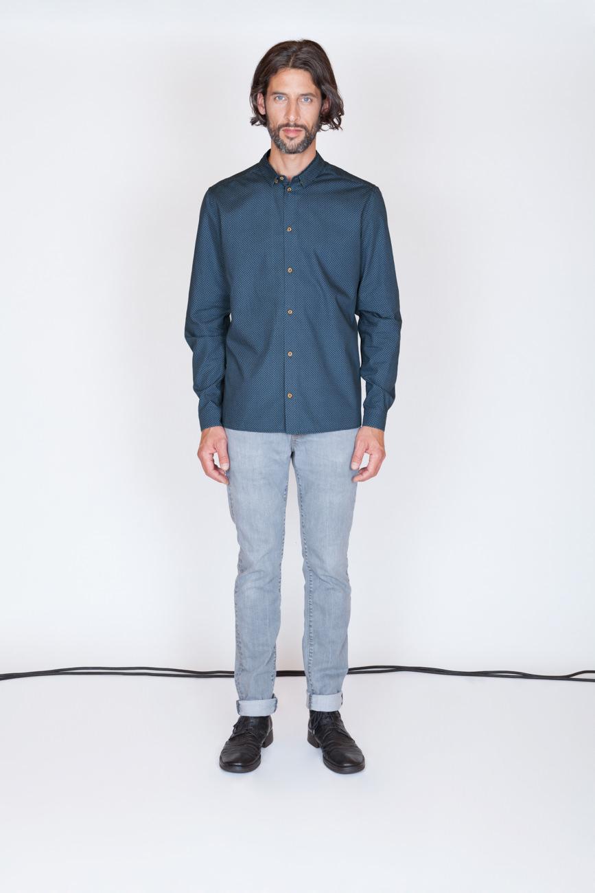 akjumii modekollektion mann hemd jeans lange haare kabel weiß studio mode münchen jörn strojny