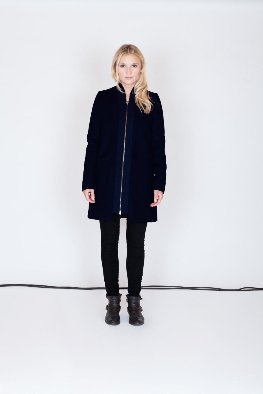 akjumii modekollektion lookbook frau schwarze jacke reißverschluss blond kabel studio mode münchen jörn strojny