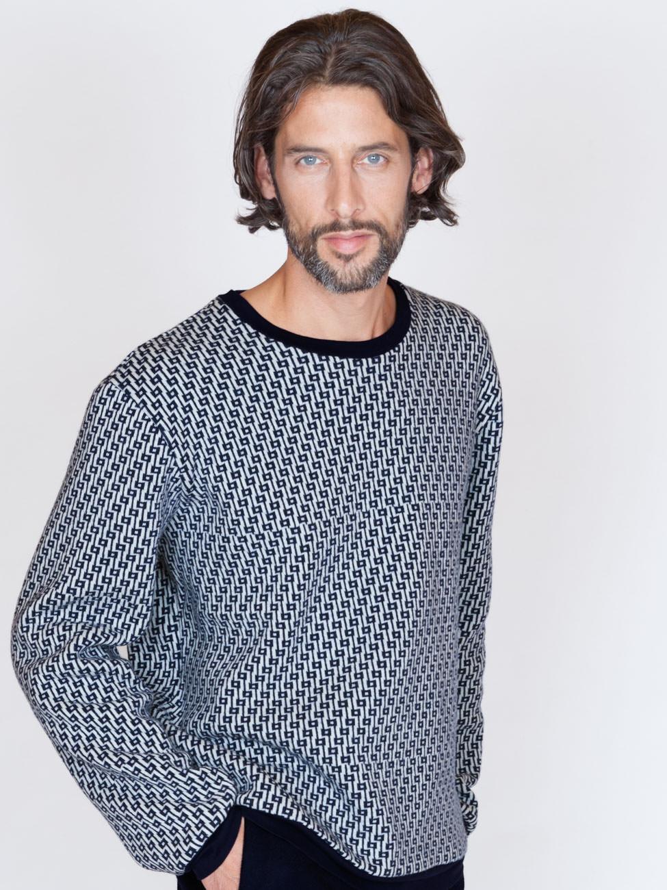 akjumii modekollektion detail mann pullover muster blau bart lange haare mode münchen jörn strojny