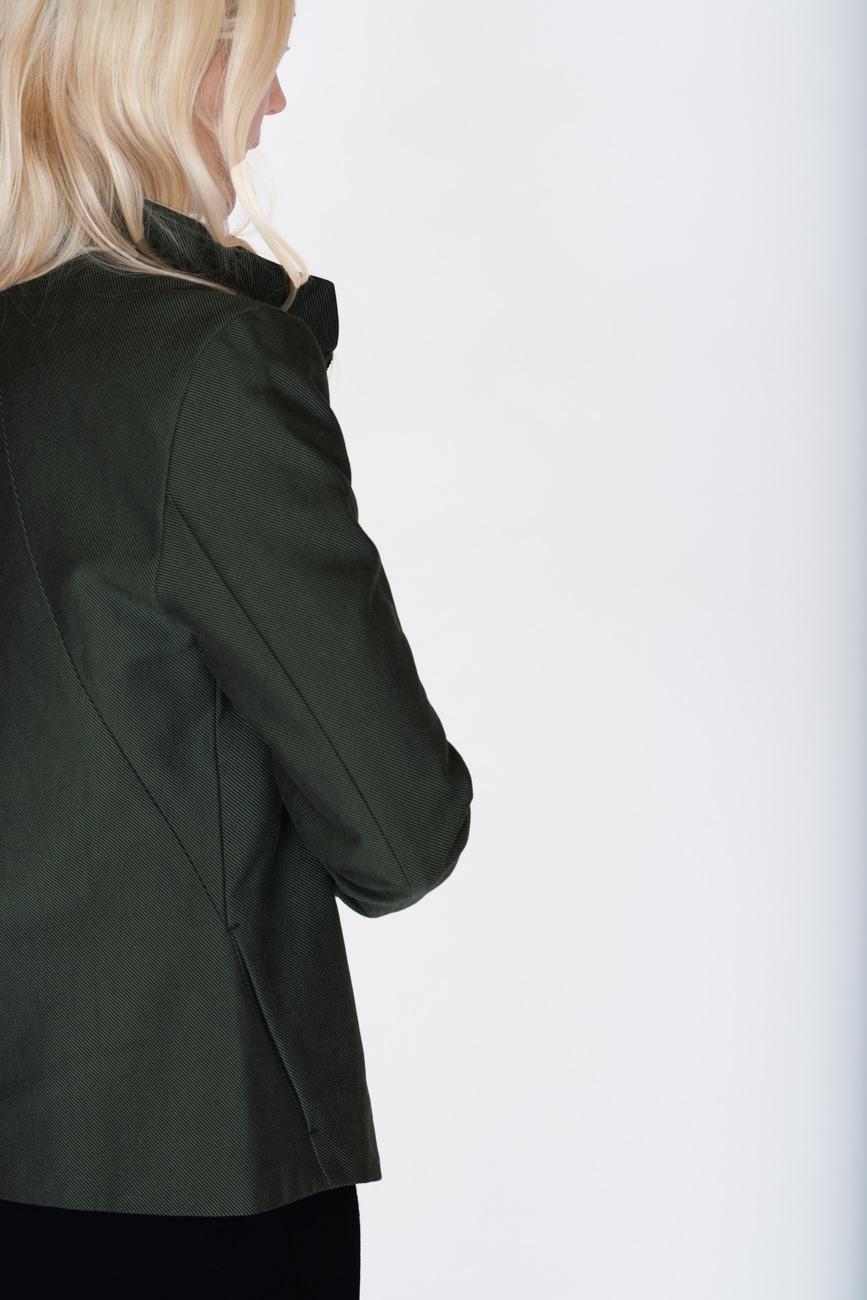akjumii modekollektion frau lookbook detail jacke grün dunkelgrün blond haare schulter rücken mode münchen jörn strojny