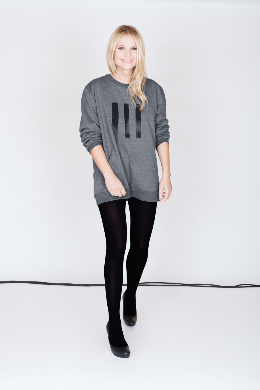akjumii modekollektion lookbook frau pullover grau schritt vorne Leggings blond mode münchen jörn strojny