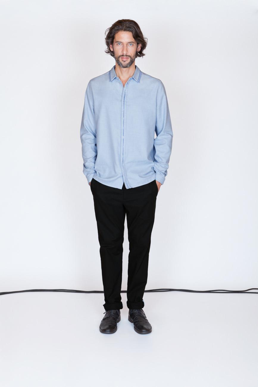 akjumii modekollektion mode mann blaues hemd hände in hosentasche kabel studio münchen jörn strojny