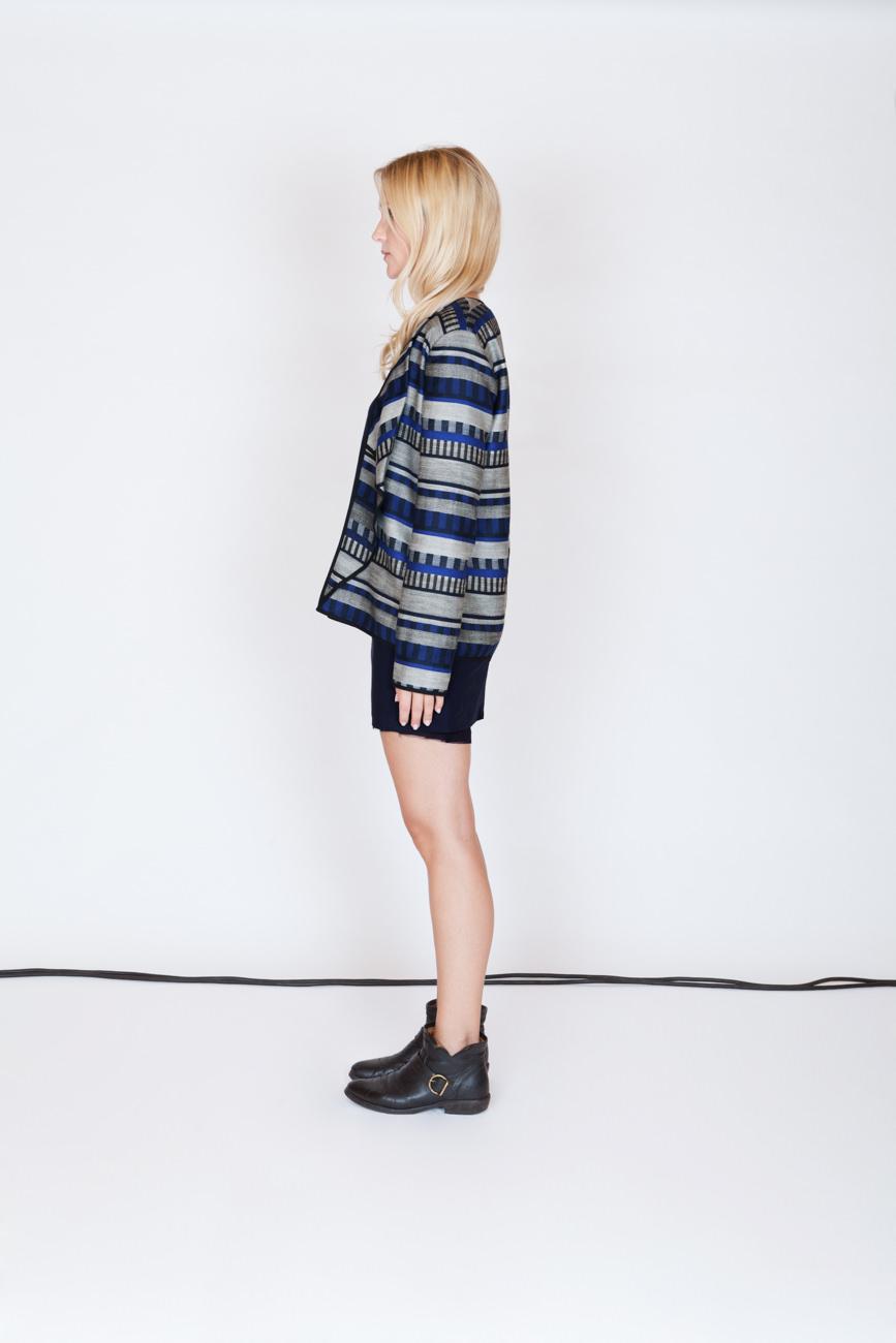akjumii modekollektion lookbook frau profil blaues muster streifen jacke rock kabel studio mode münchen jörn strojny