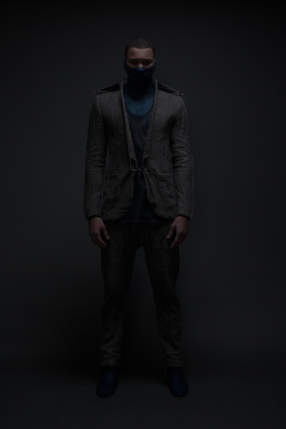 mode lukas fischer superior superhelden maske studio dunkel skelett grau blau mann duster exoskelett jörn strojny