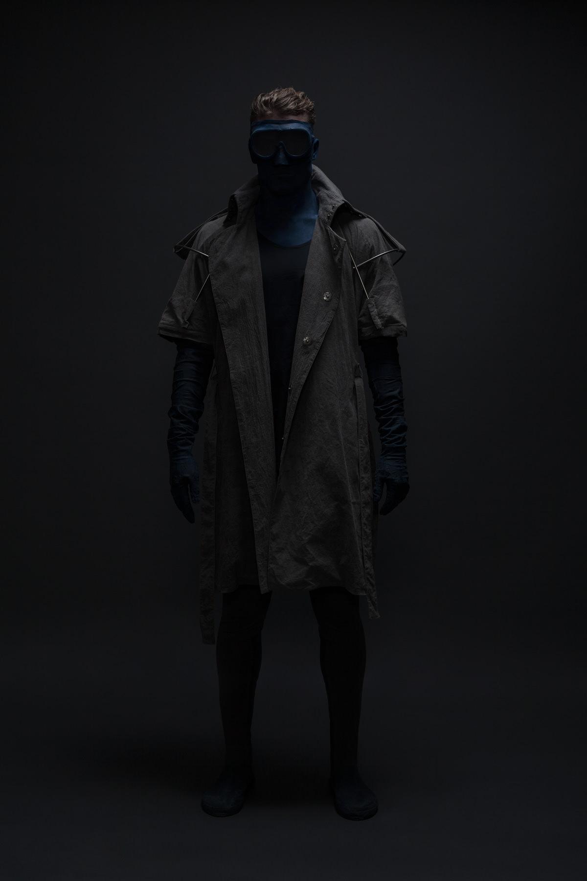 mode lukas fischer superior superhelden maske studio dunkel macht duster maske schutz exoskelett jörn strojny