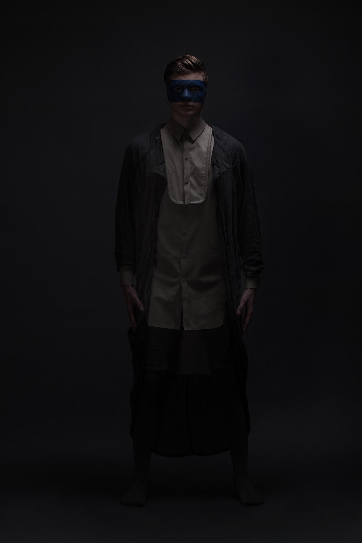 mode lukas fischer bad man blau grau maske superior superhelden maske studio dunkel duster exoskelett jörn strojny