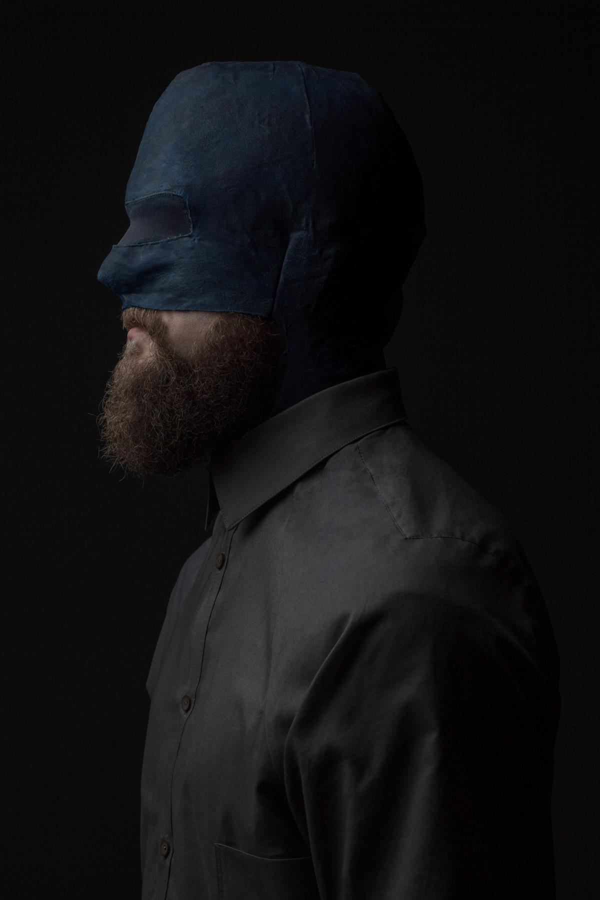 mode maske blau bart detail mann lukas fischer superior superhelden maske studio dunkel duster exoskelett jörn strojny