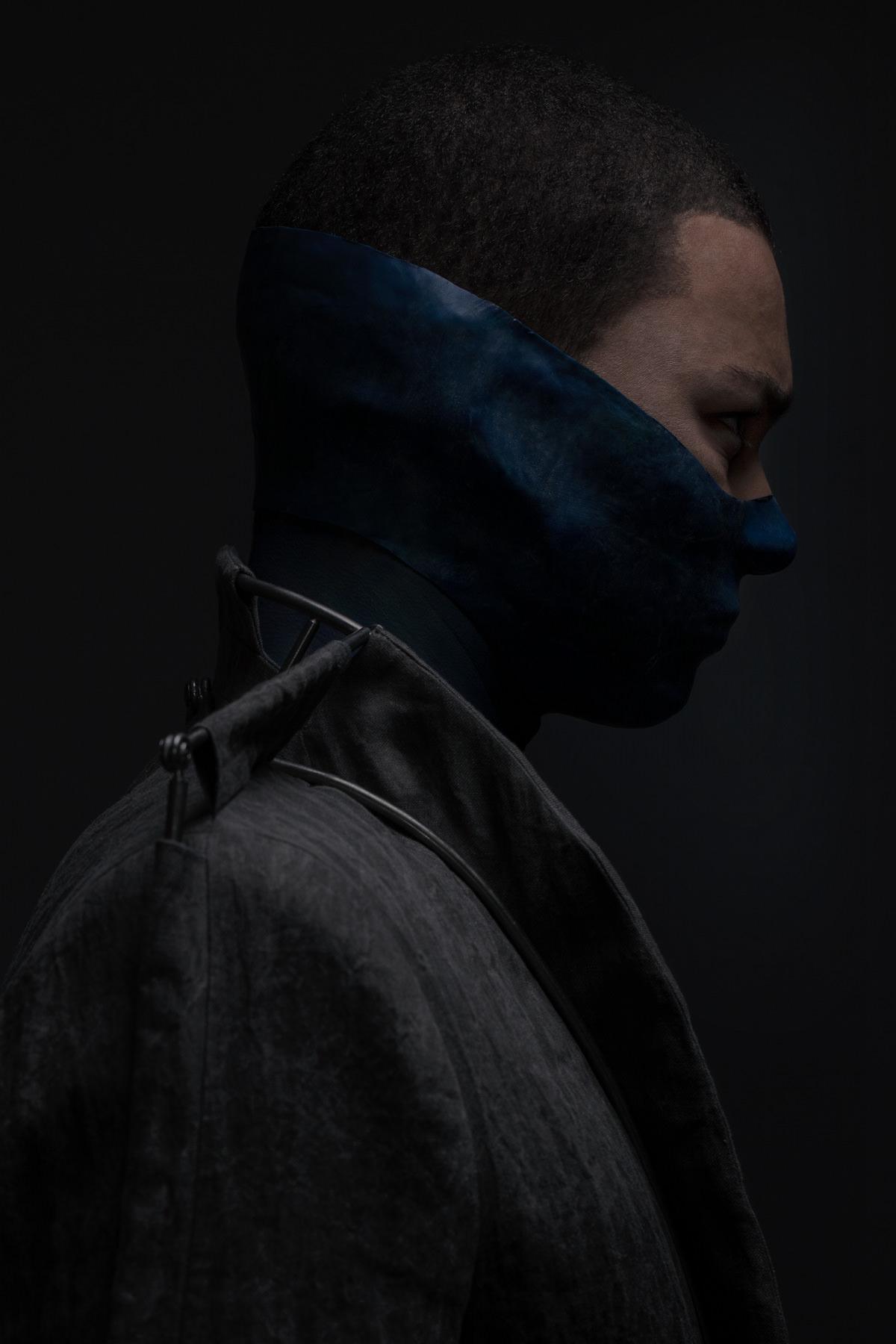 mode lukas fischer maske detail blau grau profil sakko superior superhelden maske studio dunkel duster exoskelett jörn strojny