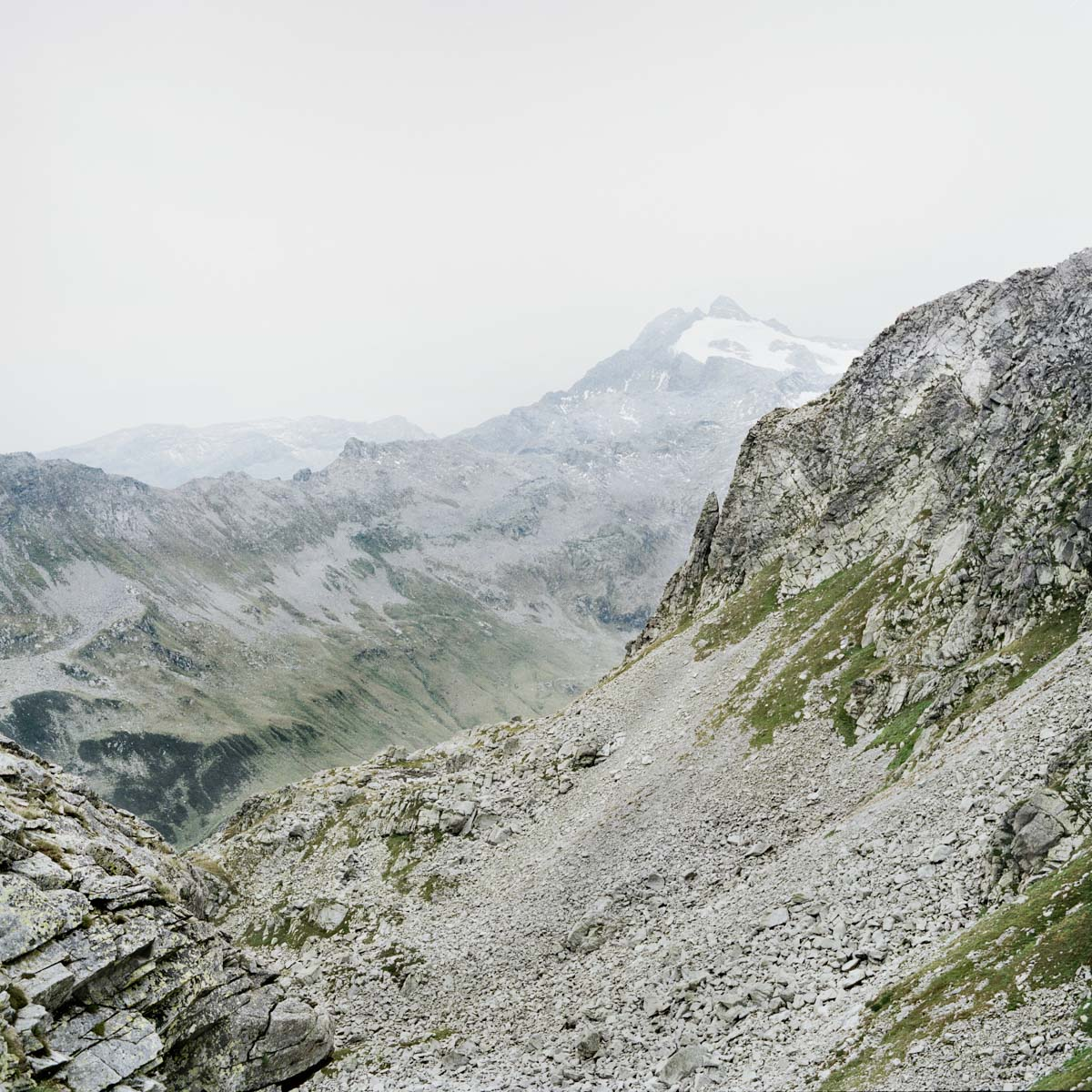 splügen pass berge schnee baumgrenze nebel wandern gipfel horizont landschaft italien jörn strojny