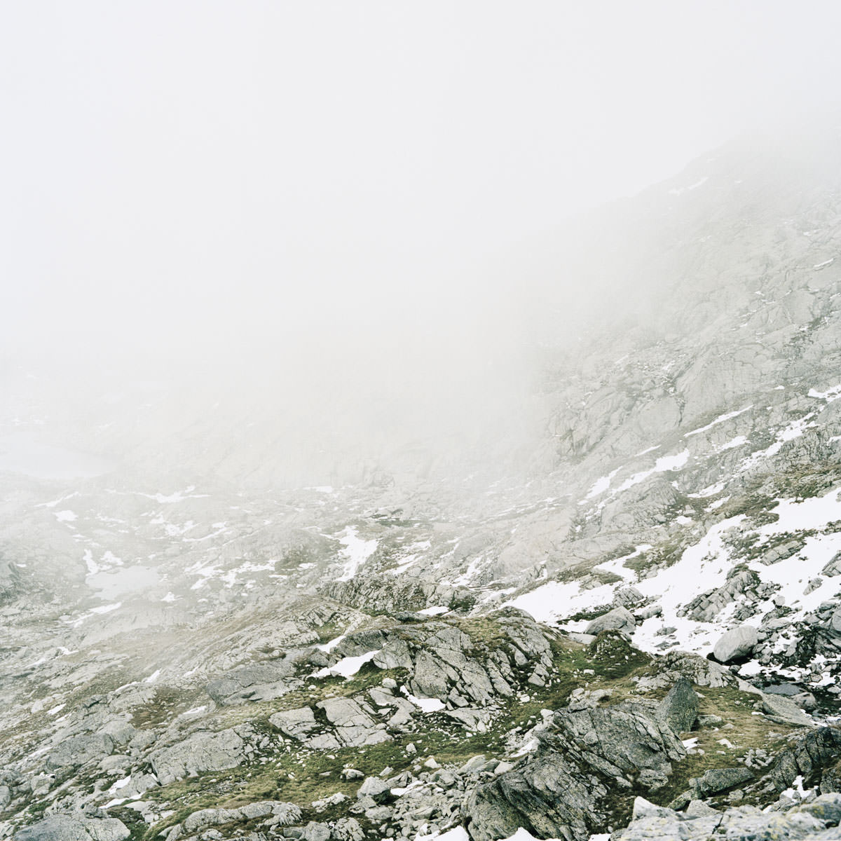 splügen pass schlechte sicht geröll schnee berge nebel wandern gipfel horizont landschaft italien jörn strojny