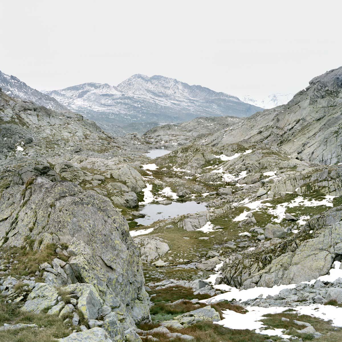 splügen pass berge schnee grün geröll wandern gipfel horizont landschaft italien jörn strojny