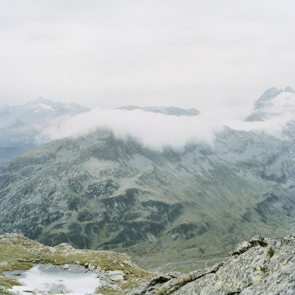splügen pass berge nebel wandern gipfel horizont see bergsee landschaft italien jörn strojny