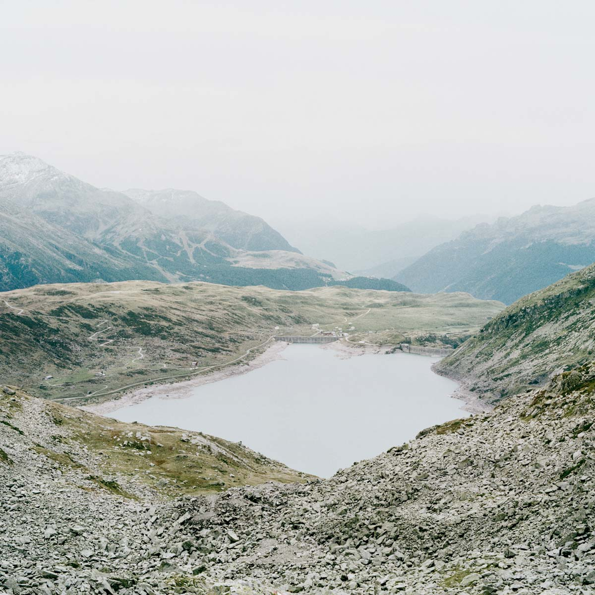 splügen pass bergsee see Steine geröll berge nebel wandern gipfel horizont landschaft italien jörn strojny