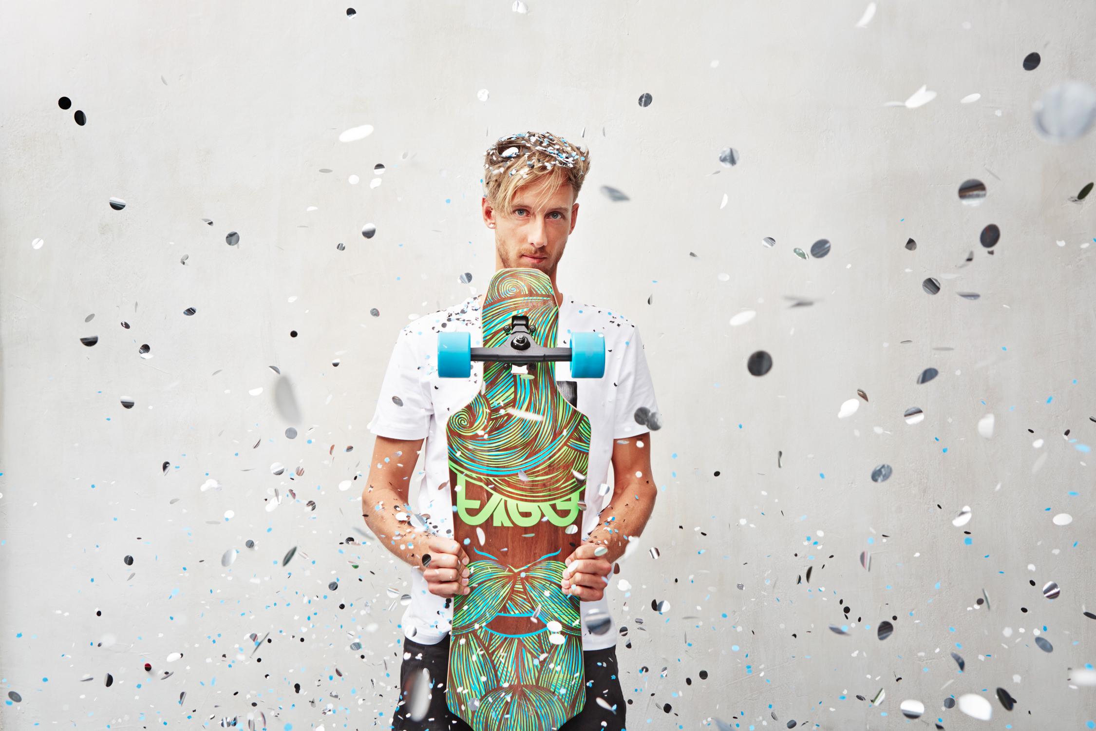 area fun4u sports junger mann konfetti regen rollen graue wand skatebaords Jörn Strojny