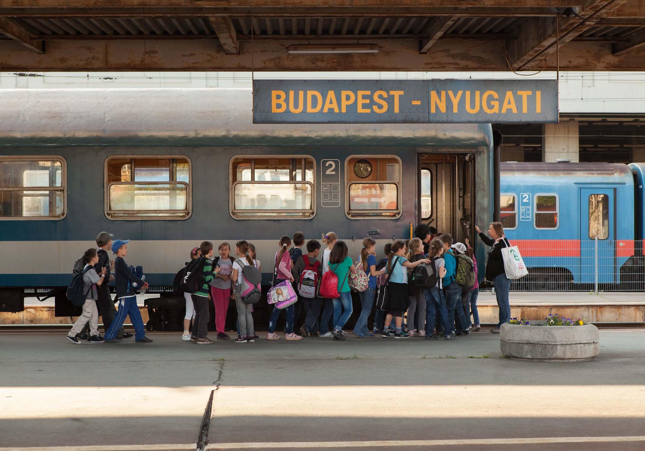 budapest nyugati pu kinder gruppe einsteigen westbahnhof ungarn bahnhof reisen zugfahren Jörn Strojny