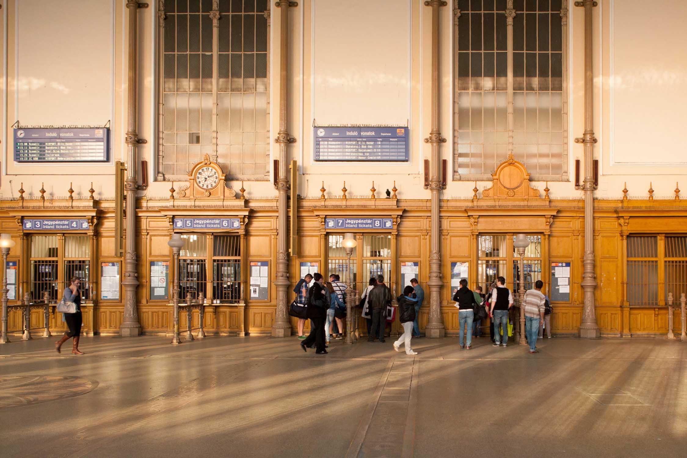 budapest nyugati pu schalterhalle tickets fahrtkarten gold gelb westbahnhof ungarn bahnhof reisen zugfahren Jörn Strojny