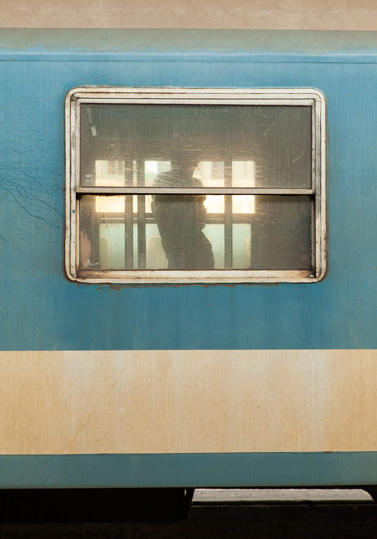 budapest nyugati pu westbahnhof wagon blau grün mann silhouette s form ungarn bahnhof reisen zugfahren Jörn Strojny