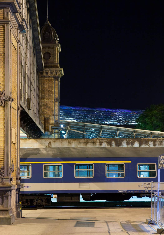 budapest nyugati pu westbahnhof wagon blau gelb nacht sterne ruhe ungarn bahnhof reisen zugfahren Jörn Strojny