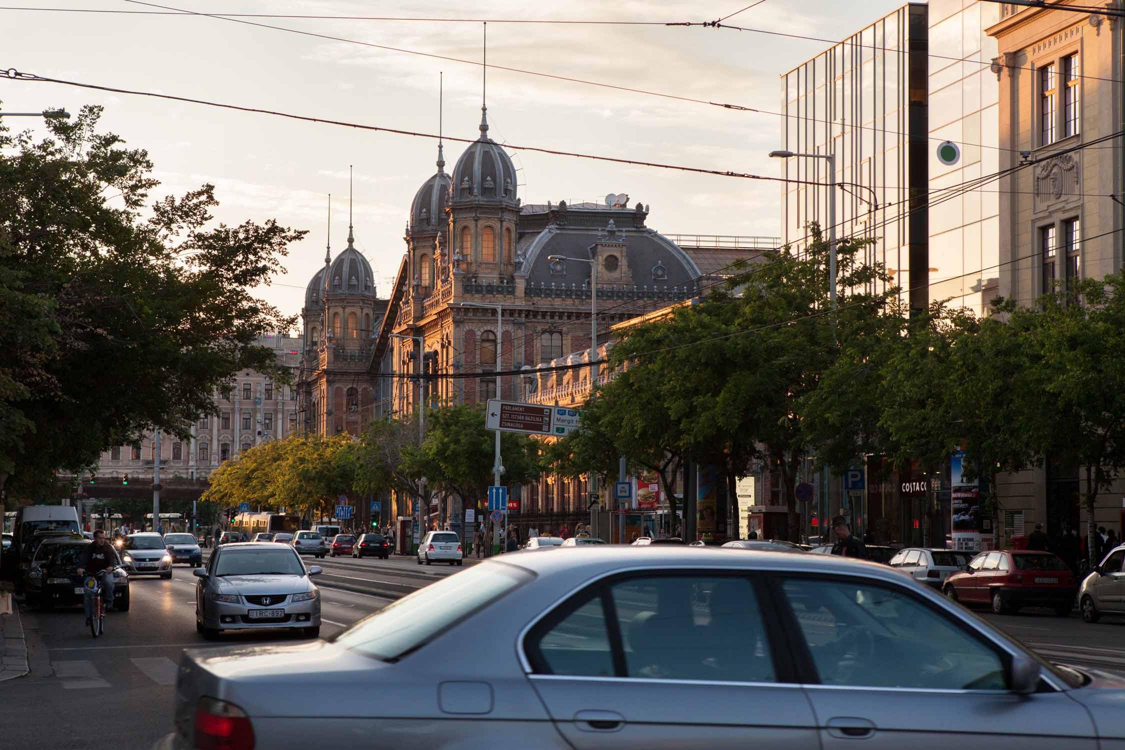 budapest nyugati pu westbahnhof straße bäume ungarn bahnhof reisen auto außenansicht sonnenuntergangzugfahren Jörn Strojny