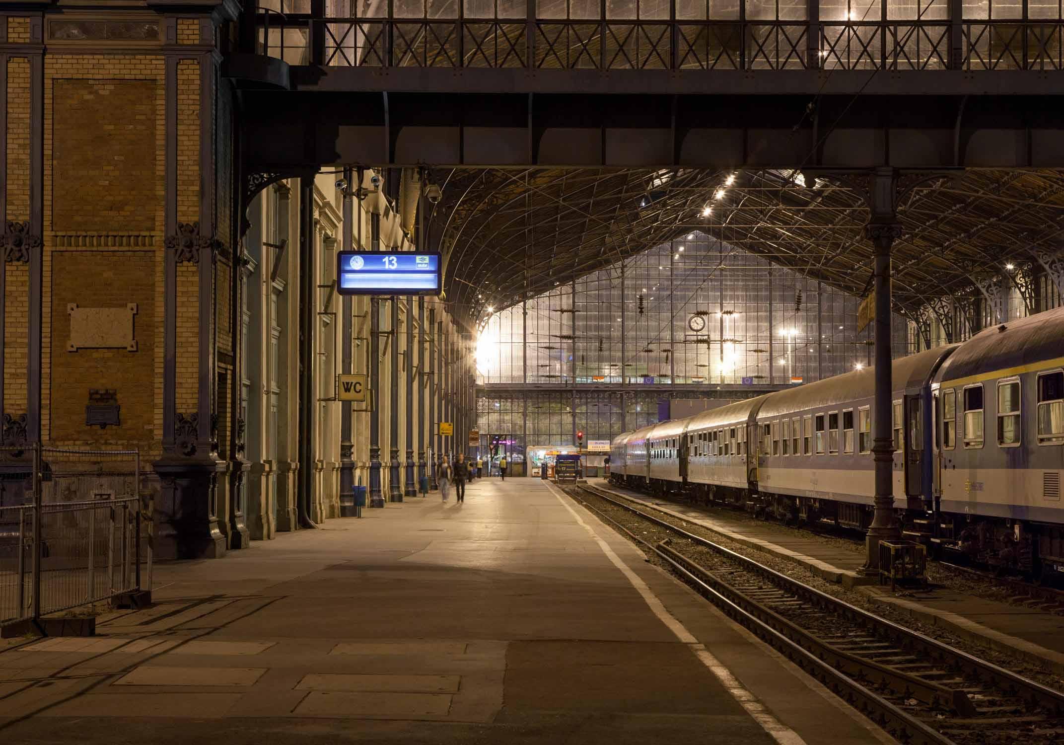 budapest nyugati pu nacht gleis 13 bahnsteig leere ruhe braun westbahnhof ungarn bahnhof reisen zugfahren Jörn Strojny