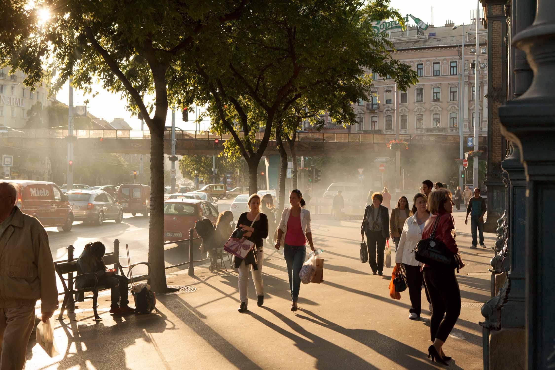 budapest nyugati pu zwei frauen einkaufen dampf gegenlicht sonnenschein abendsonne westbahnhof ungarn bahnhof reisen zugfahren Jörn Strojny